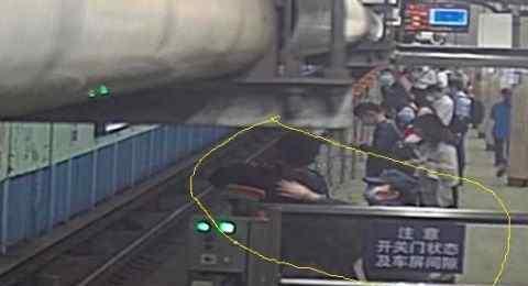 手疾眼快 手疾眼快 北京地铁内女辅警拽下轻生者