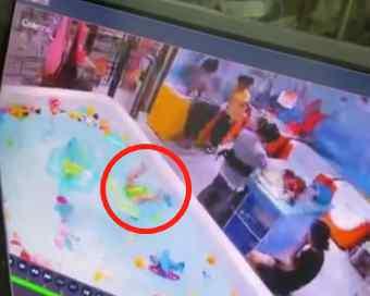游泳池小孩溺水视频 又一起 婴儿游泳溺水挣扎3分钟无人察觉 视频揪心……
