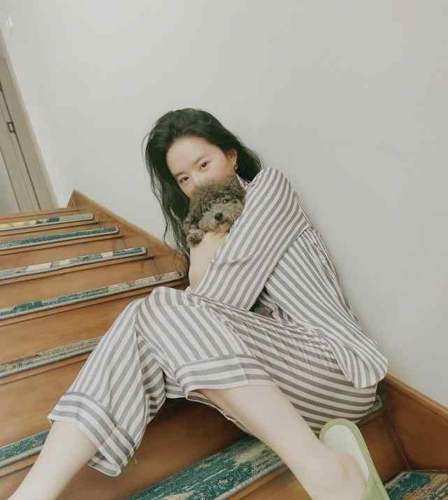 刘亦菲生活照 刘亦菲晒素颜照 穿睡衣展现真实容颜 比少女杨幂更耐看
