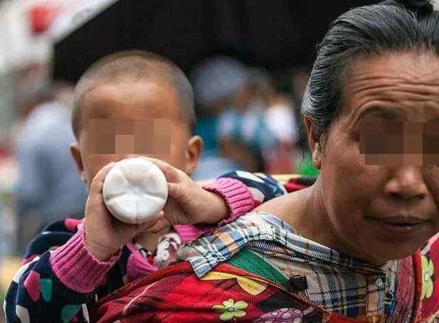 """婴儿背袋 还在用婴儿背带背宝宝出门 爸妈别再图便利 """"潜在危害""""可不少"""